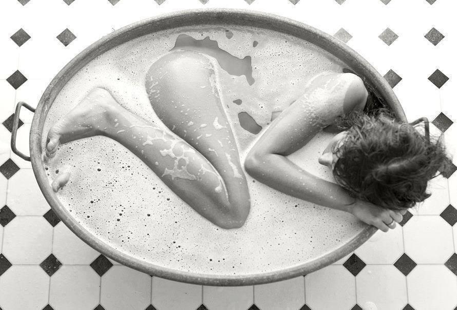 Nackte Frau in Badewanne
